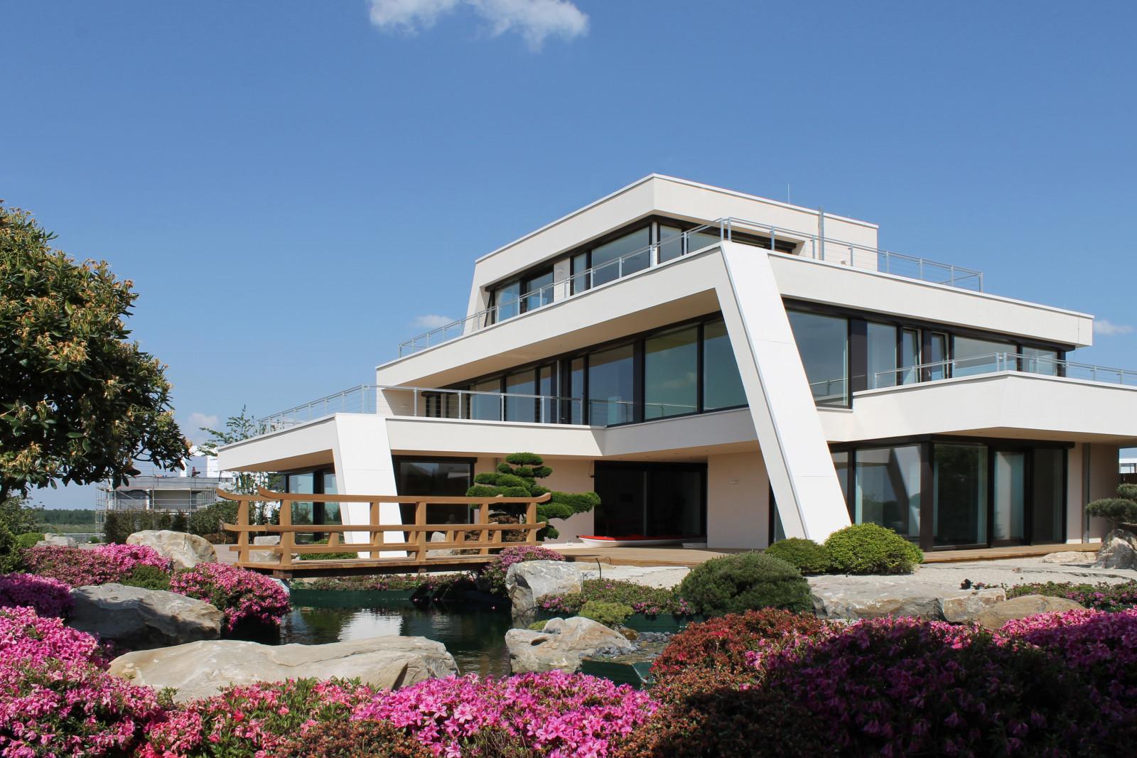 diese avantgardistische luxusvilla mit japangarten steht. Black Bedroom Furniture Sets. Home Design Ideas