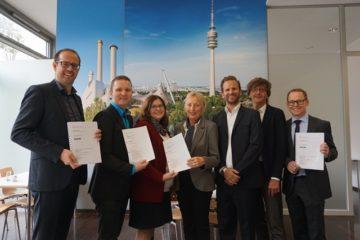 Bei der Vertragsübergabe (von links nach rechts): Marcellus Scheefer, Thomas Drago, Manuela Müller, Anna Klaffenbacher, Benjamin Mari, Andreas Hepp, Klaus Kiegle