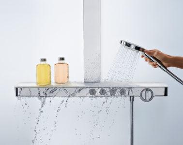 Durch die zeitlos-architektonische Form wird das Hansgrohe Thermostat zum Blickfänger und fügt sich elegant in das Badambiente ein