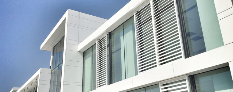 Repräsentative Gebäudehülle von Swisspearl: Die grossen Paneele Largo geben der Fassade ein charaktervolles Gesicht