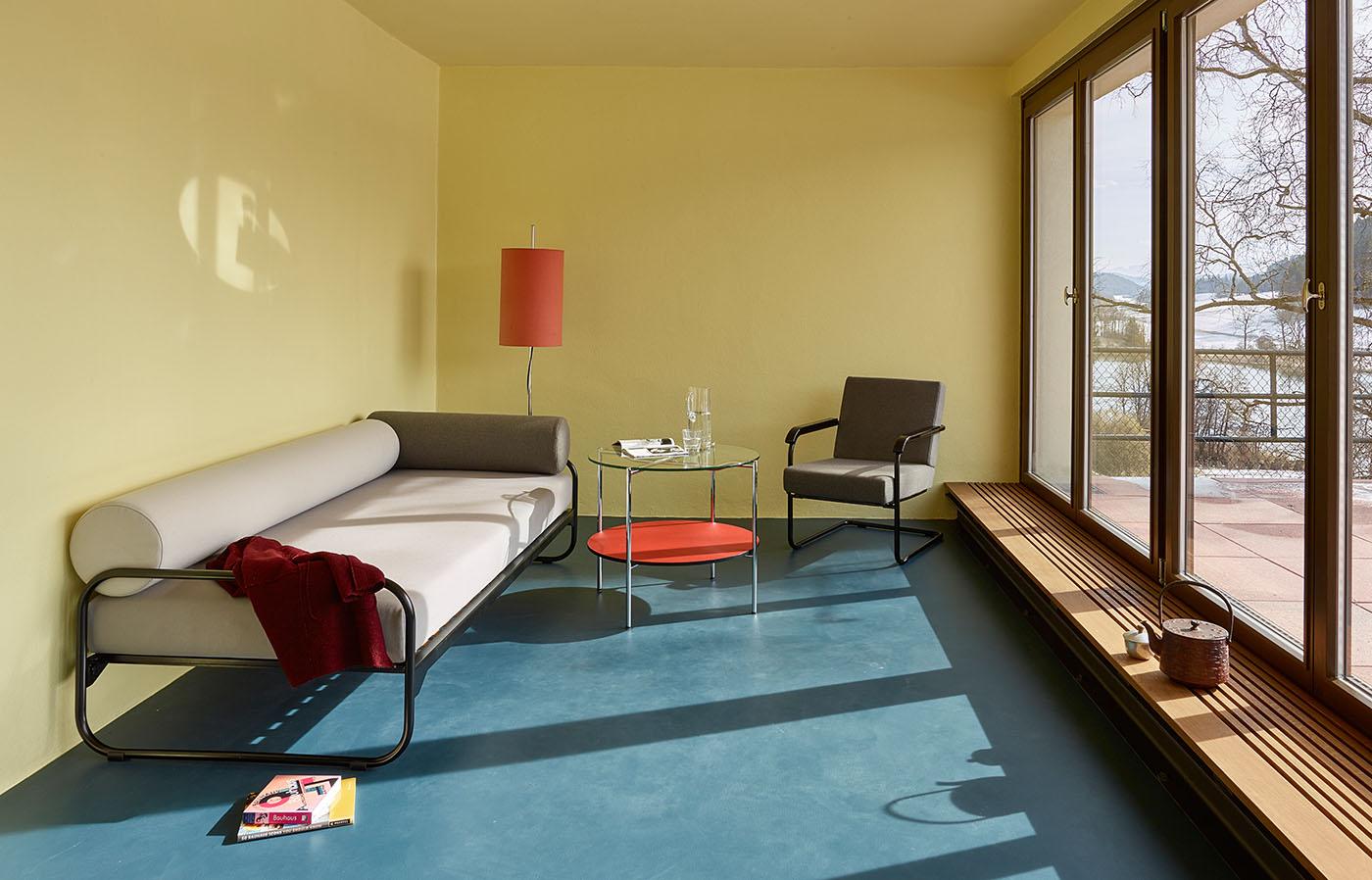 roth bett von embru ein puristischer designklassiker. Black Bedroom Furniture Sets. Home Design Ideas